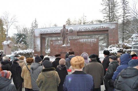 Молдавские коммунисты возложили цветы к монументу Ленина в день памяти создателя первого в мире социалистического государства